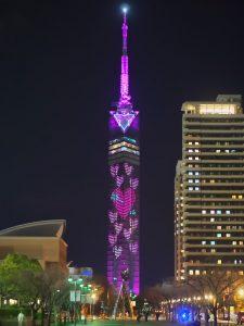 引用元:http://www.city.fukuoka.lg.jp/sawaraku/sawaraku-tamatebako/yokatoko/syuzai/fukuokatower_and_hiltonseahawk_heart-illumination2016.html